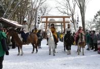 明治以来110年の歴史を持つ伝統行事、西舎神社騎馬参拝が行われる