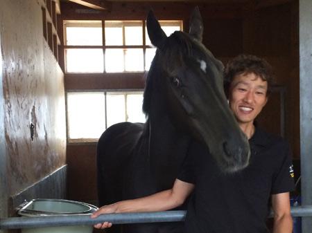 激走の後も馬房で元気いっぱいの様子のヴィブロスと、担当の安田助手(撮影:花岡貴子)