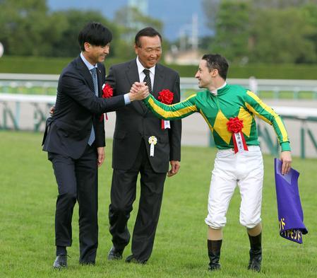 菊花賞を制し笑顔の里見治オーナー(中央)。左は池江泰寿調教師、右はルメール