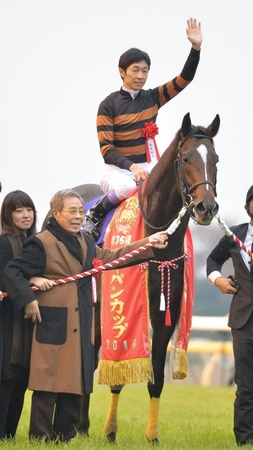 JCを制したキタサンブラックと北島三郎オーナー(左)=東京競馬場