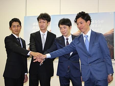 調教師試験に合格した(左から)高柳大輔さん、武幸四郎騎手、武英智さん、安田翔伍さん(撮影:花岡貴子)