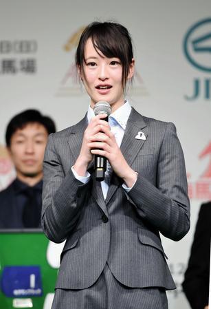 記念品贈呈式で来年の抱負を語る藤田菜七子(撮影・開出牧)