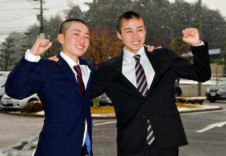 騎手試験に合格した川又賢治君(左)、富田暁君=栗東トレセン