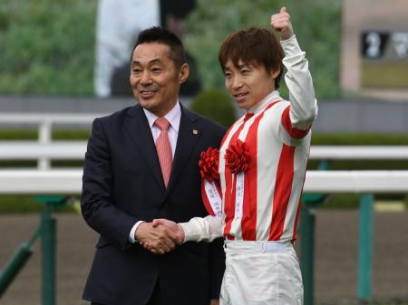 池添謙一騎手騎乗のレーヌミノルが桜花賞制覇(c)netkeiba