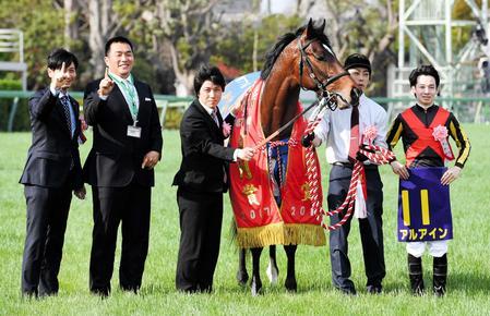 池江師(左)と1冠のポーズをとる山本昌氏(左から2人目)