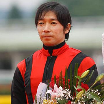 内田博幸騎手、大井競馬場で落馬骨折(写真は2010年日本ダービー勝利時、撮影:下野 雄規)