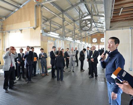 竣工した新厩舎の内覧会が開かれた(右は見学者を案内する木村師)=美浦トレセン