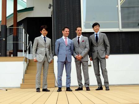 笑顔を見せる(右から)武豊、ルメール、M・デムーロ、福永