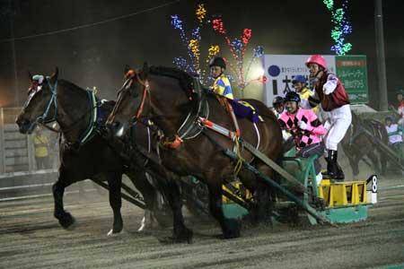 ばん馬に騎乗する武豊騎手。右はばんえいの島津新騎手(写真:ばんえい十勝)