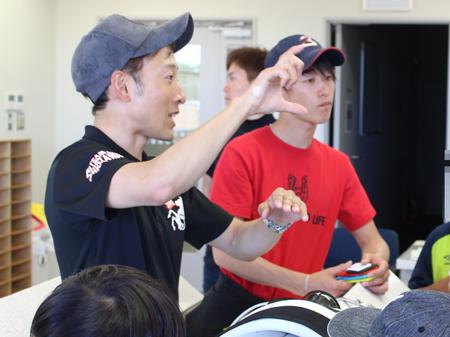 バックヤードツアーで検量室の案内をする藤岡佑介騎手