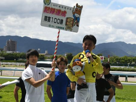 パフュームボムで見事勝利し、JRA障害競走通算100勝を達成した白浜雄造騎手(C)netkeiba.com