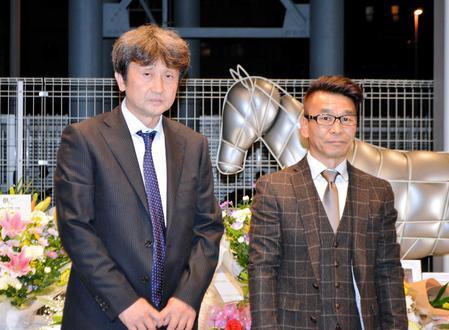 ロジータの献花台を訪れた野崎武司元騎手(右)と福島秀夫調教師