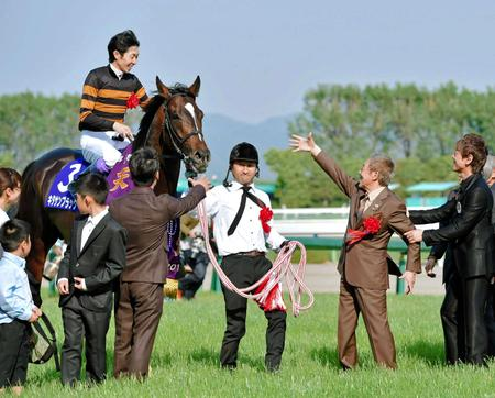 17年4月30日、天皇賞・春を制したキタサンブラックを迎える北島三郎オーナー(右から2人目)