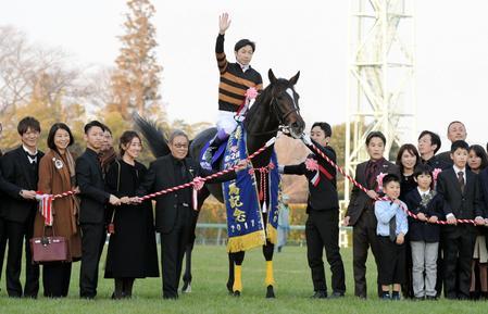 有馬記念を制したキタサンブラックと武豊騎手と北島三郎オーナー(馬の左)
