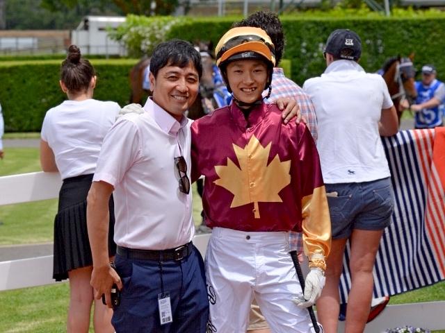 豪州で初勝利を挙げた坂井瑠星騎手(右、写真はコラム『挑戦者』より)