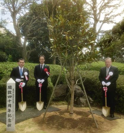 記念植樹を行った後藤正幸JRA理事長(右)ら関係者