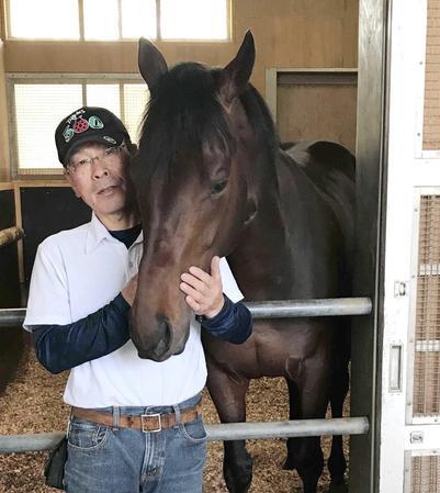皐月賞Vから一夜明け、馬房で元気な姿を見せるエポカドーロと藤森厩務員