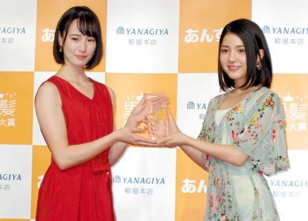 黒髪美人大賞の授賞式でプレゼンターの川島海荷(右)からトロフィーを贈られた藤田菜七子騎手