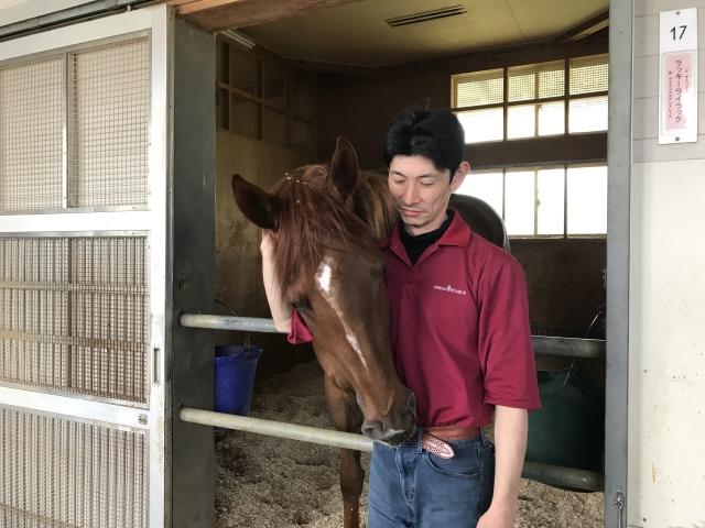 オークスへ向かうラッキーライラックと担当の丸内助手(撮影:花岡貴子)