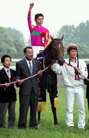 01年天皇賞・春を制したテイエムオペラオーと和田騎手=京都競馬場