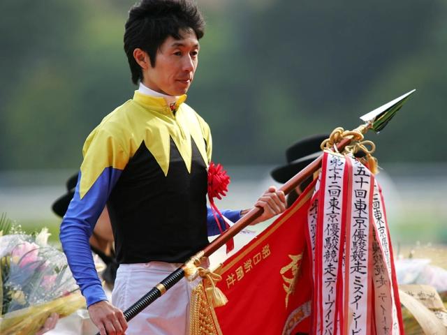 2005年ディープインパクトで4度目のダービーを制した武豊騎手(c)netkeiba.com、撮影:下野雄規