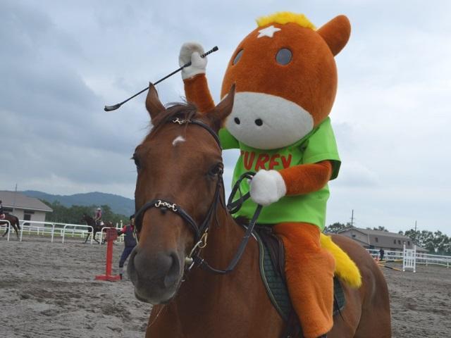 模範騎乗したターフィー(写真提供:日高報知新聞社)
