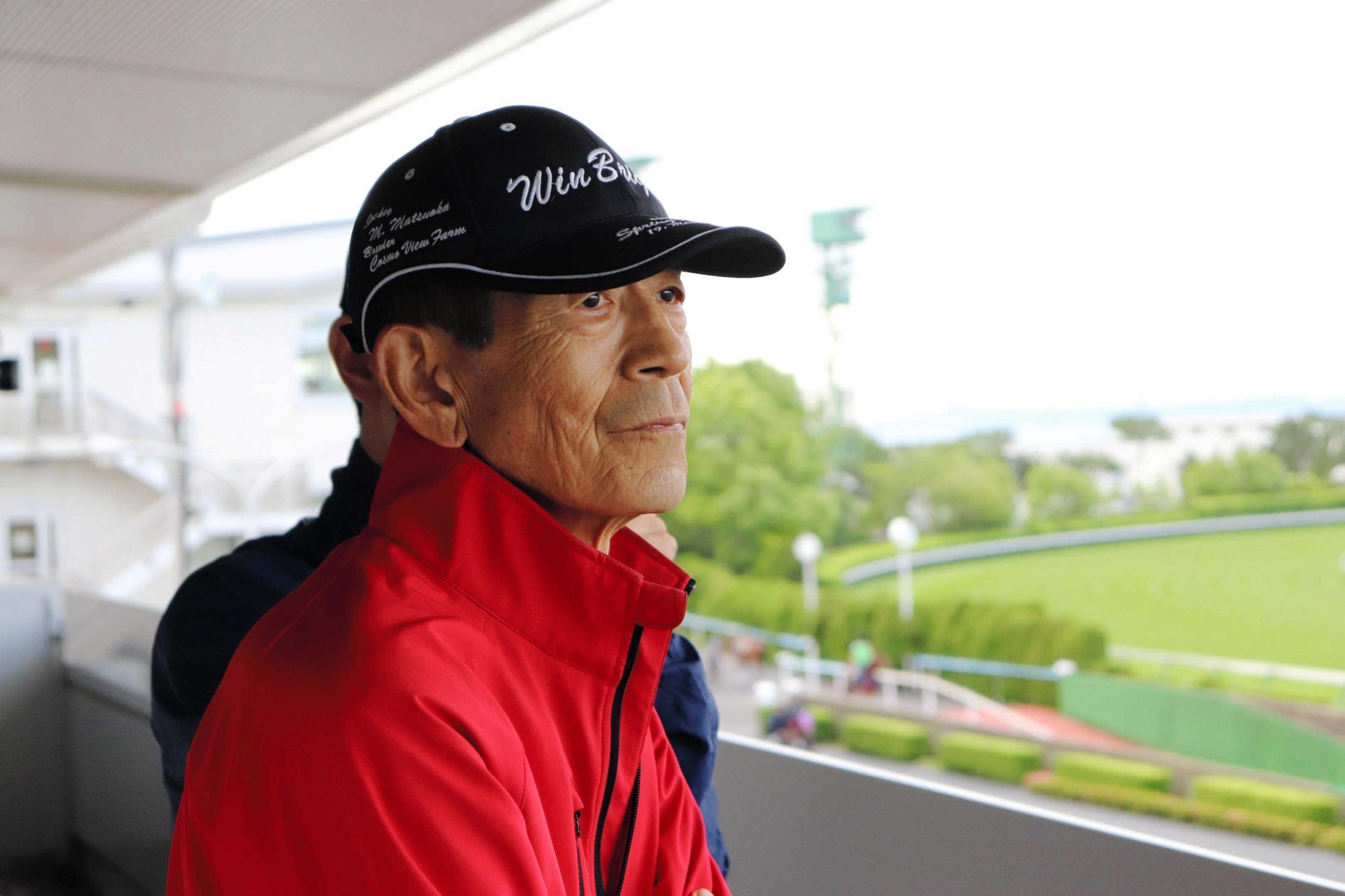 熱いまなざしでターフを見つめる岡田繁幸代表