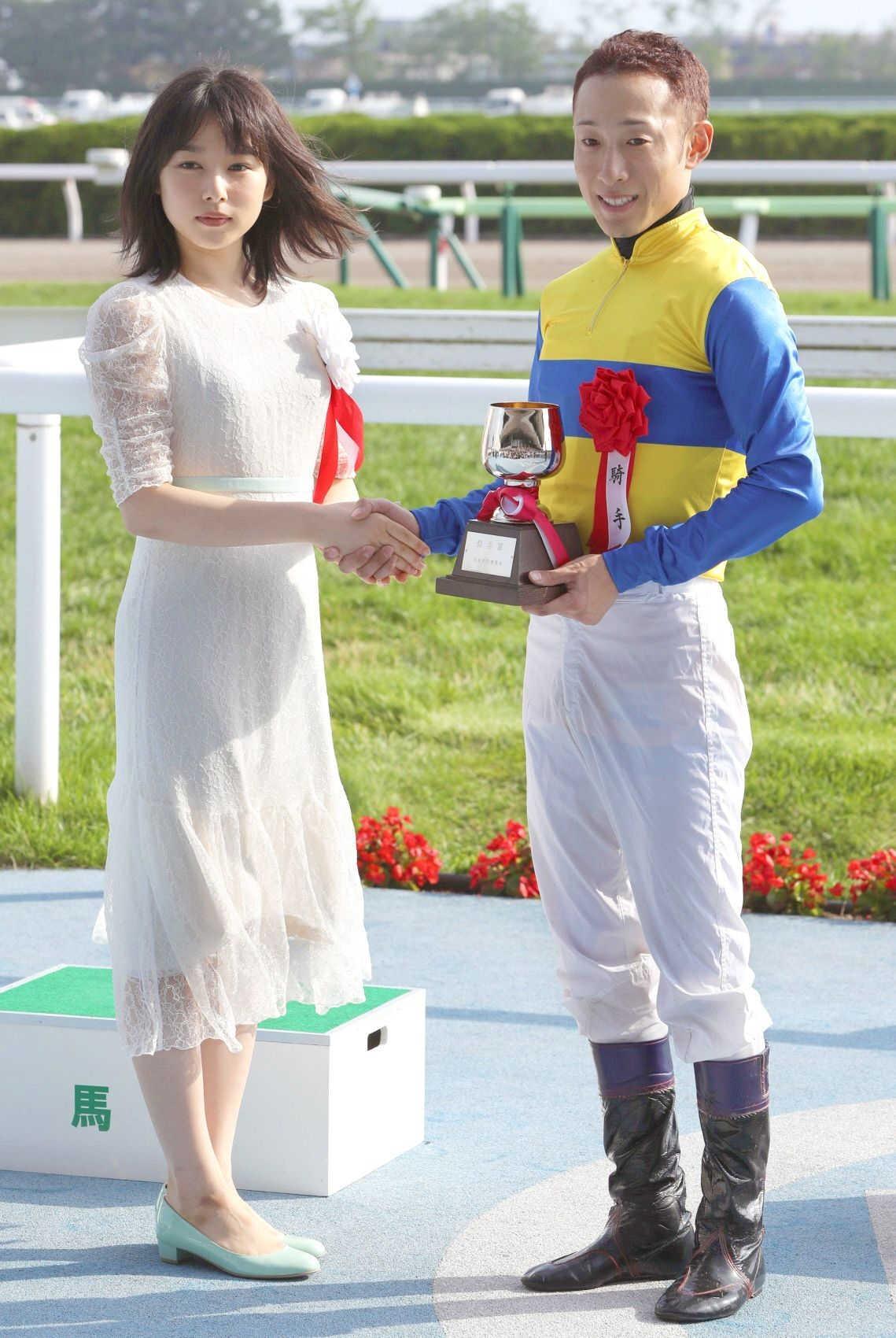 函館記念を制し、桜井日奈子(左)と握手する藤岡佑
