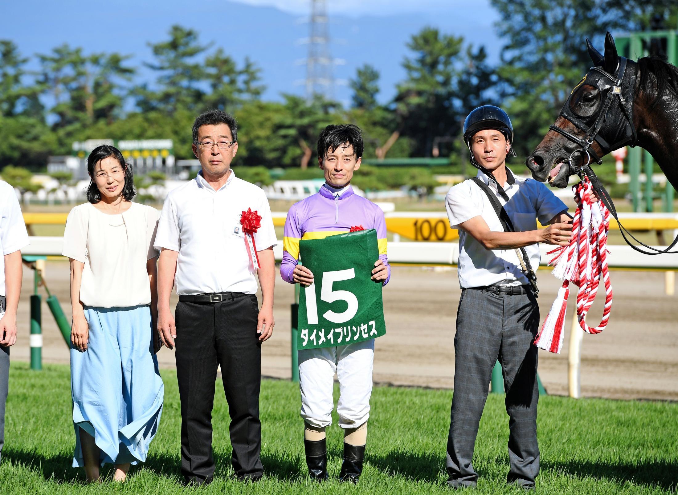 開業5年目、アイビスSDで重賞初制覇を飾った森田直行調教師(左から2人目)