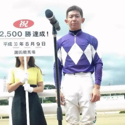 昨日2000勝を達成した永島騎手に続いて、2500勝を達成した下原騎手(提供:兵庫県競馬組合)