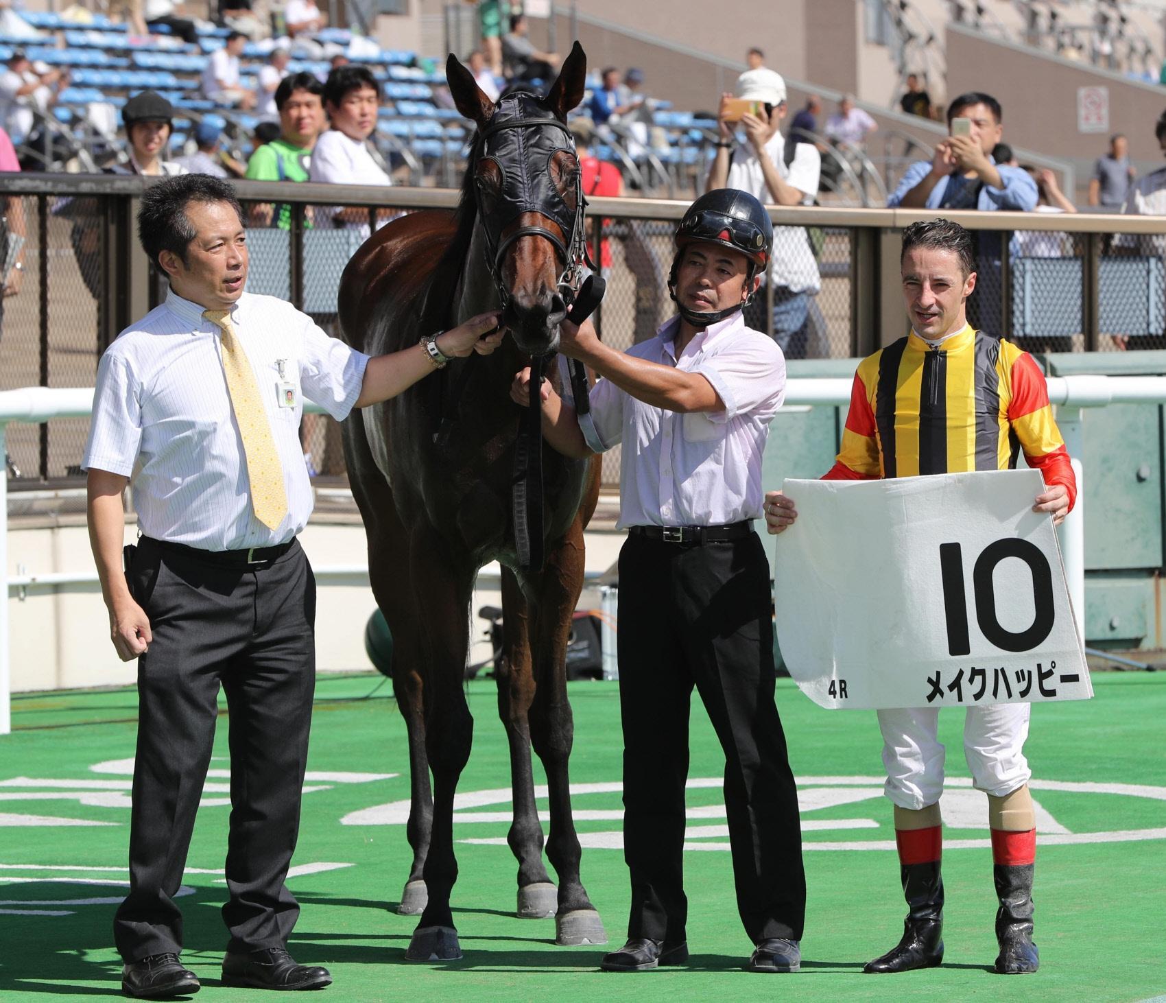 東京4Rでデビュー勝ちを飾ったメイクハッピーとルメール騎手(右)。左は新開調教師