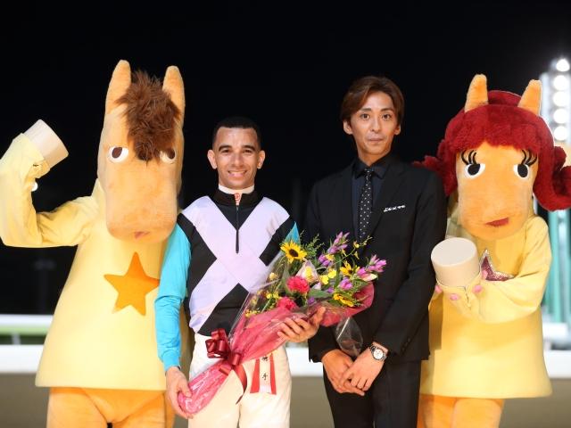 優勝したモレイラ騎手とゲストの森且行さん(c)netkeiba.com、撮影:高橋正和