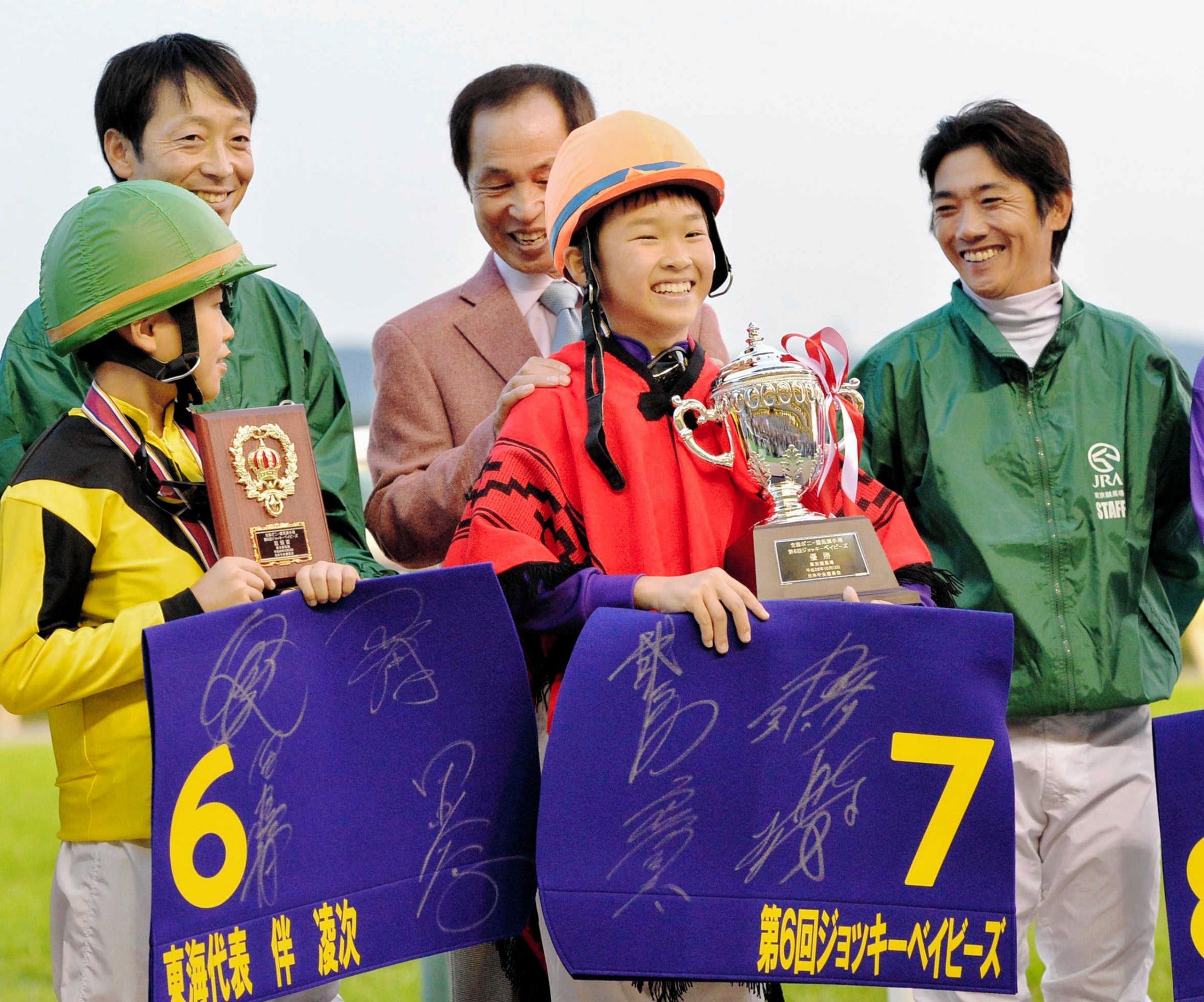 第6回ジョッキーベイビーズを制し笑顔の角田大和くん(中央)=2014年10月12日