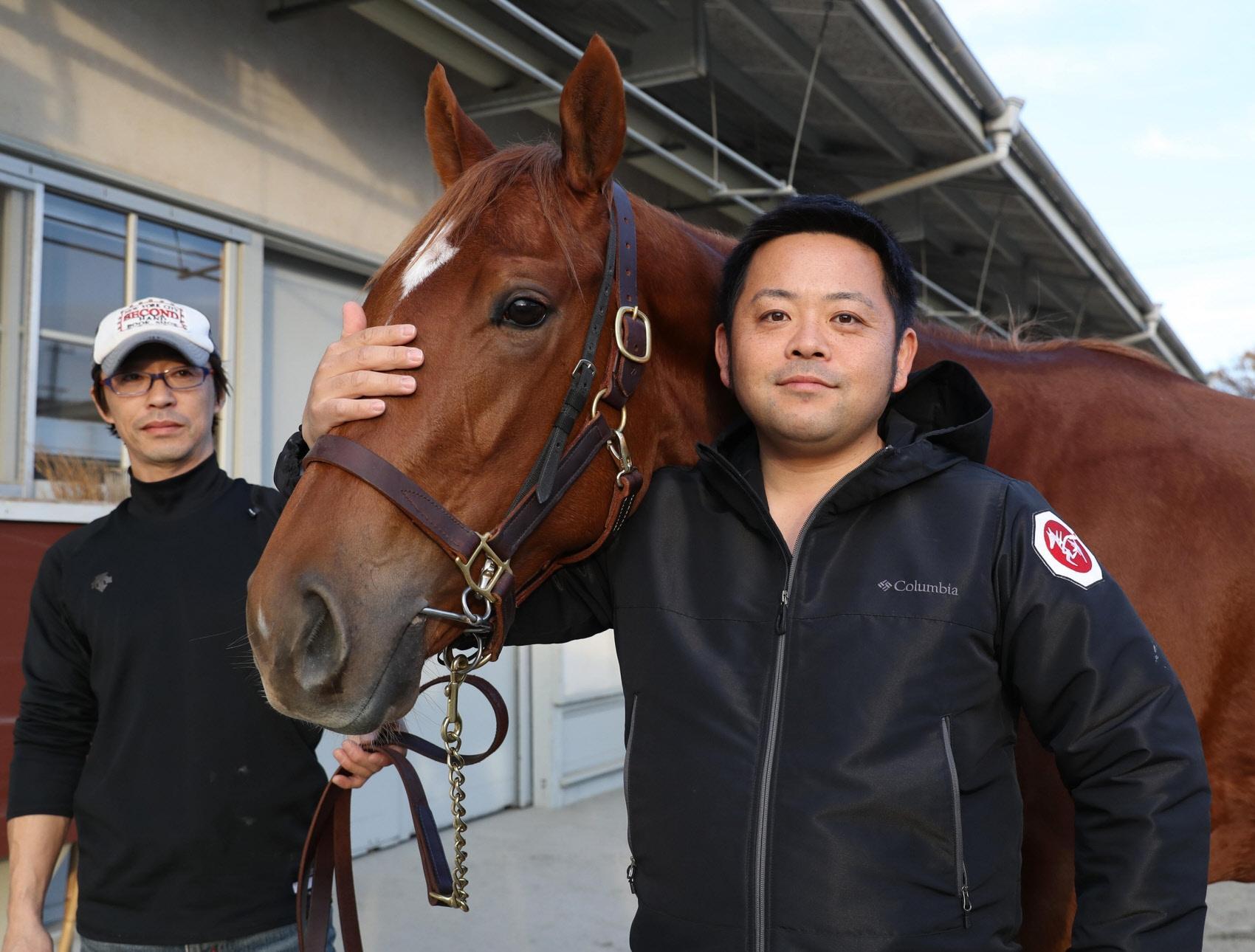 阪神JFでG1初挑戦する青木調教師(右)とウインゼノビア