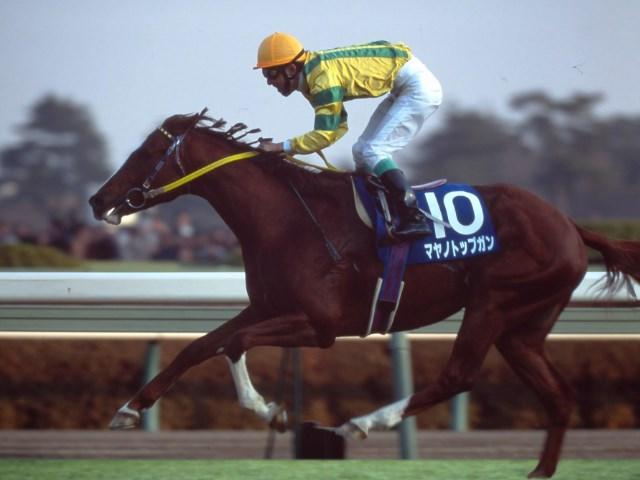 逃げの手に出たこの年の菊花賞馬マヤノトップガンが最後まで先頭を守り続けた(撮影:高橋正和)
