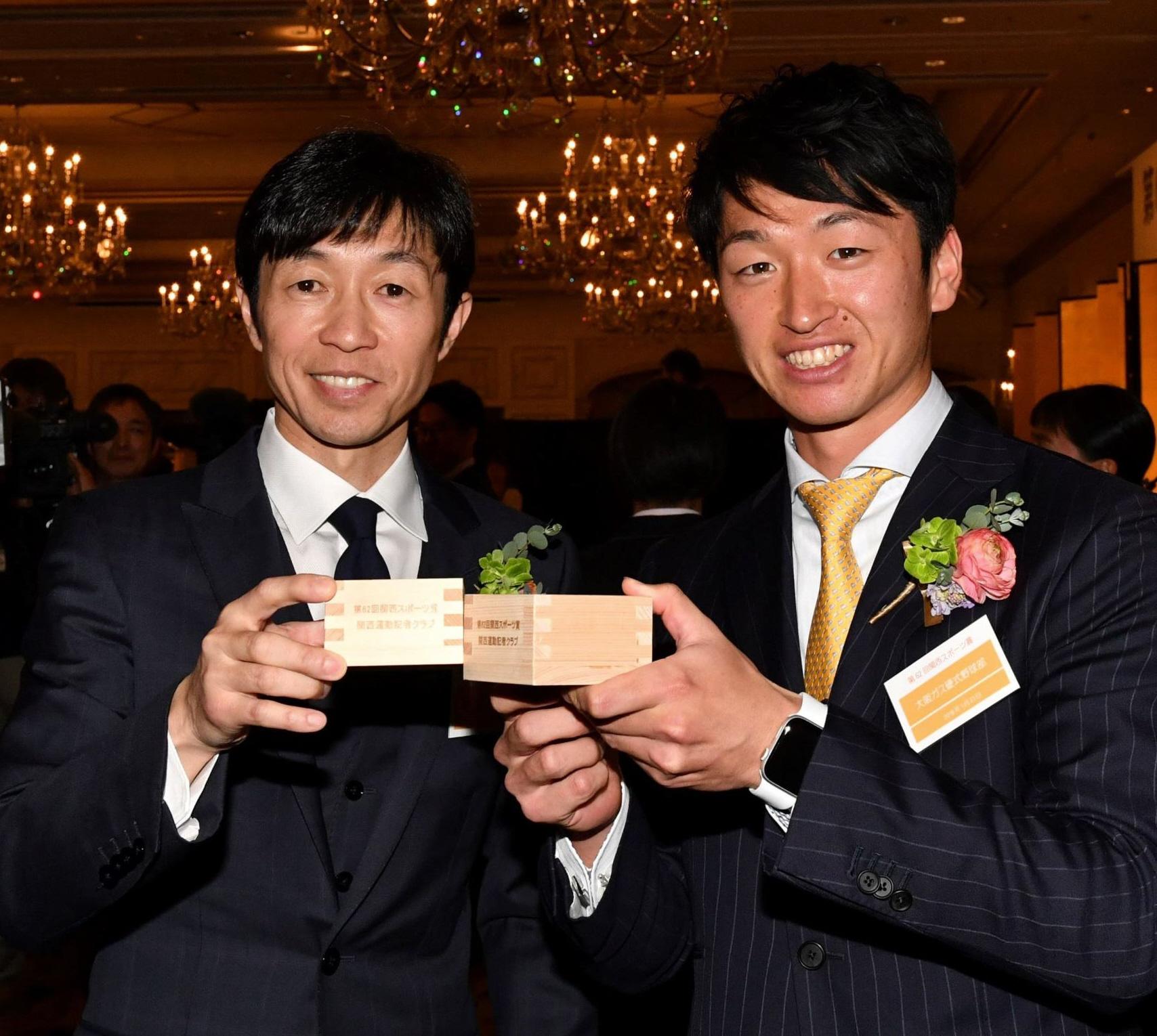 関西スポーツ賞を受賞し乾杯する武豊(左)と阪神・近本(撮影・佐藤厚)