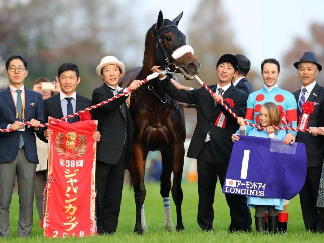 ジャパンカップを制したアーモンドアイとルメール騎手(右から3人目)。同馬を管理する国枝調教師(右から2人目)