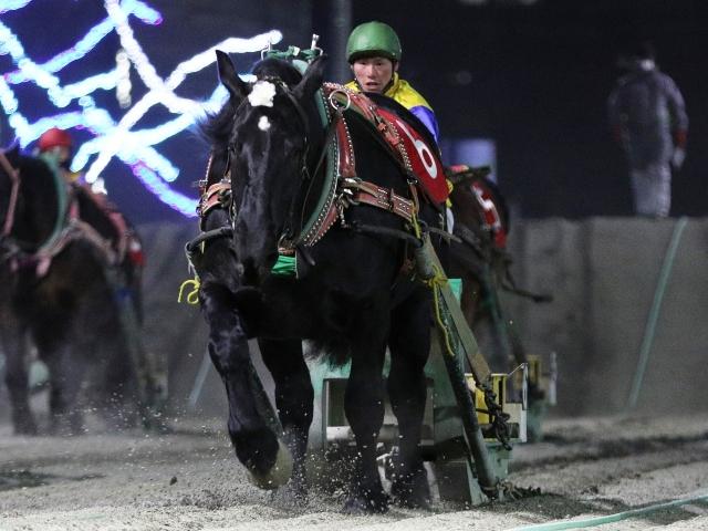 西将太騎手騎乗の6番人気ジェイカトレアが勝利(写真提供:ばんえい十勝)