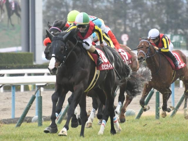 松若風馬騎手騎乗の6番人気ダンビュライトが優勝