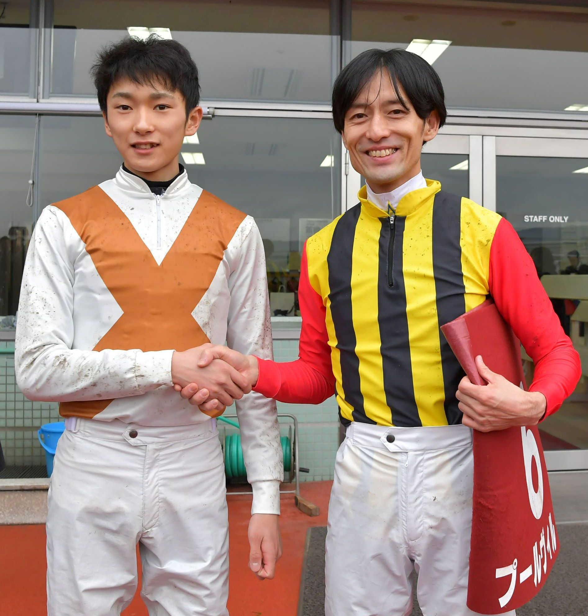 1着同着となり握手を交わす坂井(左)と秋山