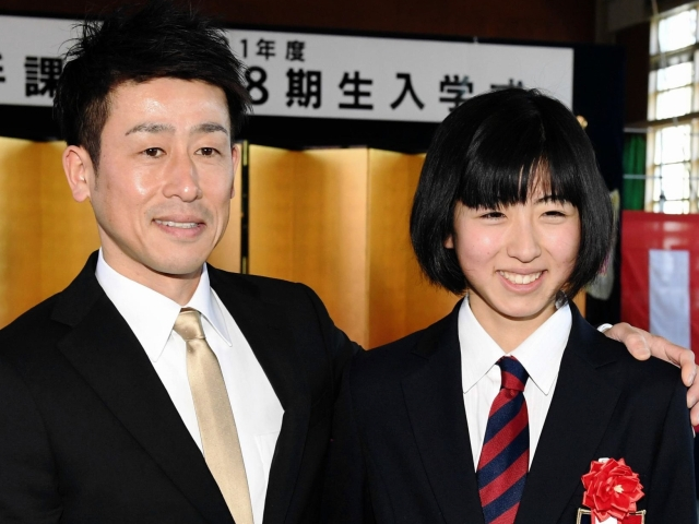 He enrolled in a horse racing school and shook hands with his ex-rider, a former jockey pilot (left), with a smile, horse racing school Seina Imamura = JRA in Shirai, Chiba prefecture (photographed, Shinya Miyoshi)