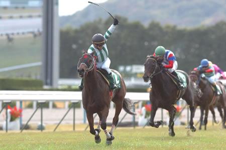 伏兵マサノブルースが重賞初制覇。左手を大きく突き上げる鞍上の植野貴也騎手