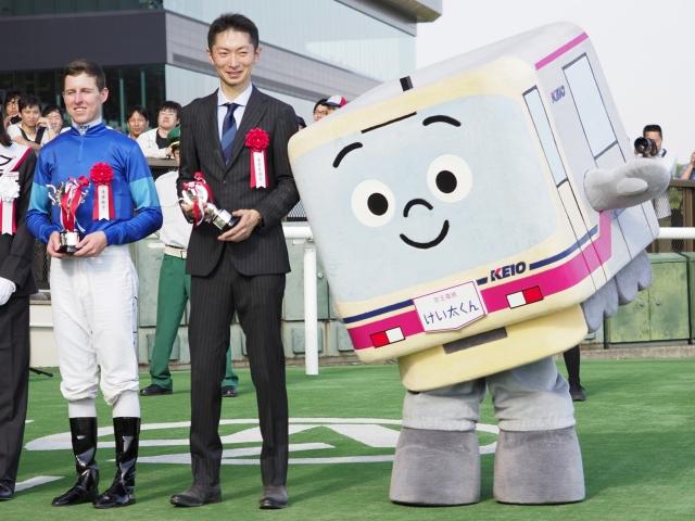 タワーオブロンドンで優勝し、JRA重賞2勝目となったD.レーン騎手(写真左、撮影:下野雄規)