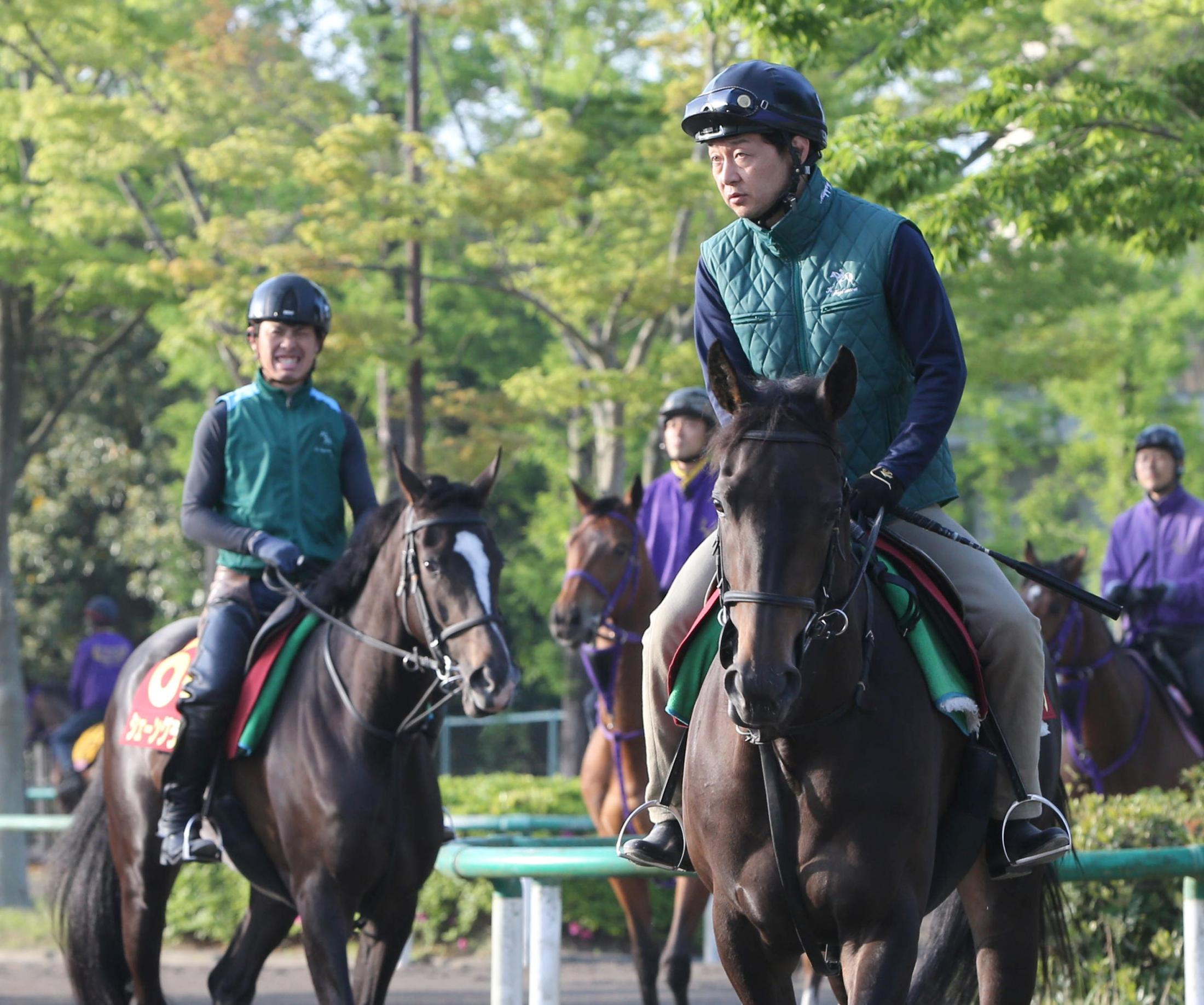 馬場へ向かうコントラチェック(右)とシェーングランツ