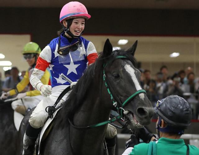 ベルクカッツェで通算31勝目を挙げ、笑顔で検量室に引きあげてきた藤田騎手=東京競馬場