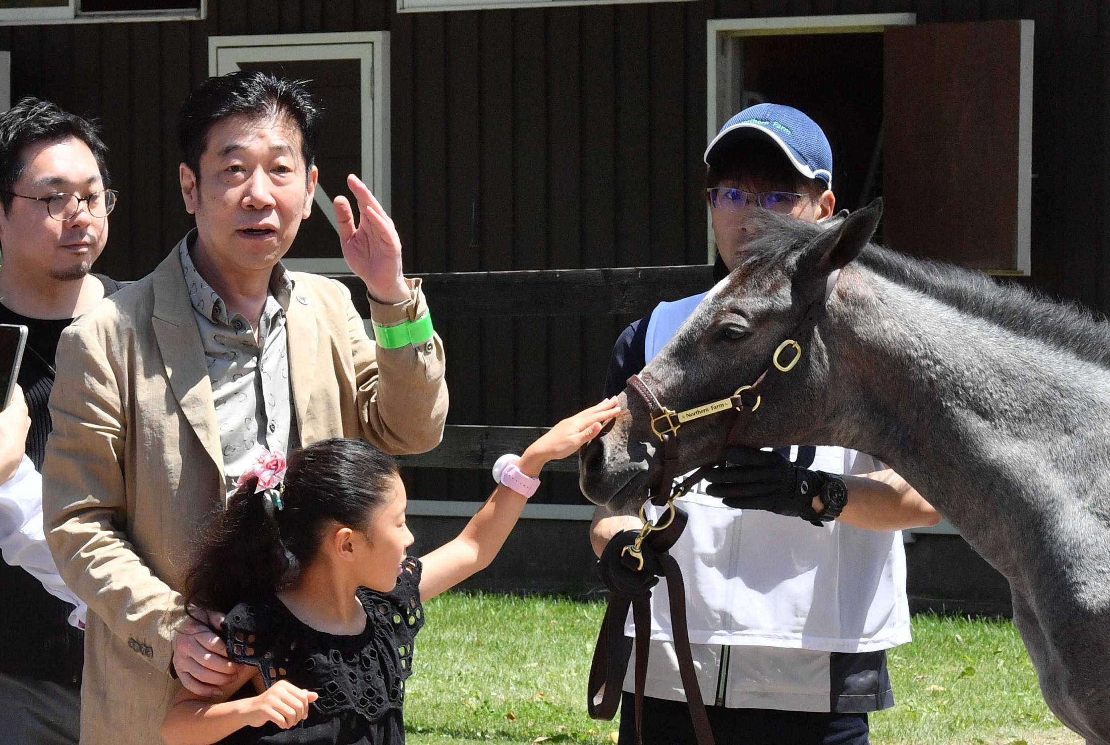 2億円超で2頭のロードカナロア産駒を手に入れた小笹芳央オーナー(左)
