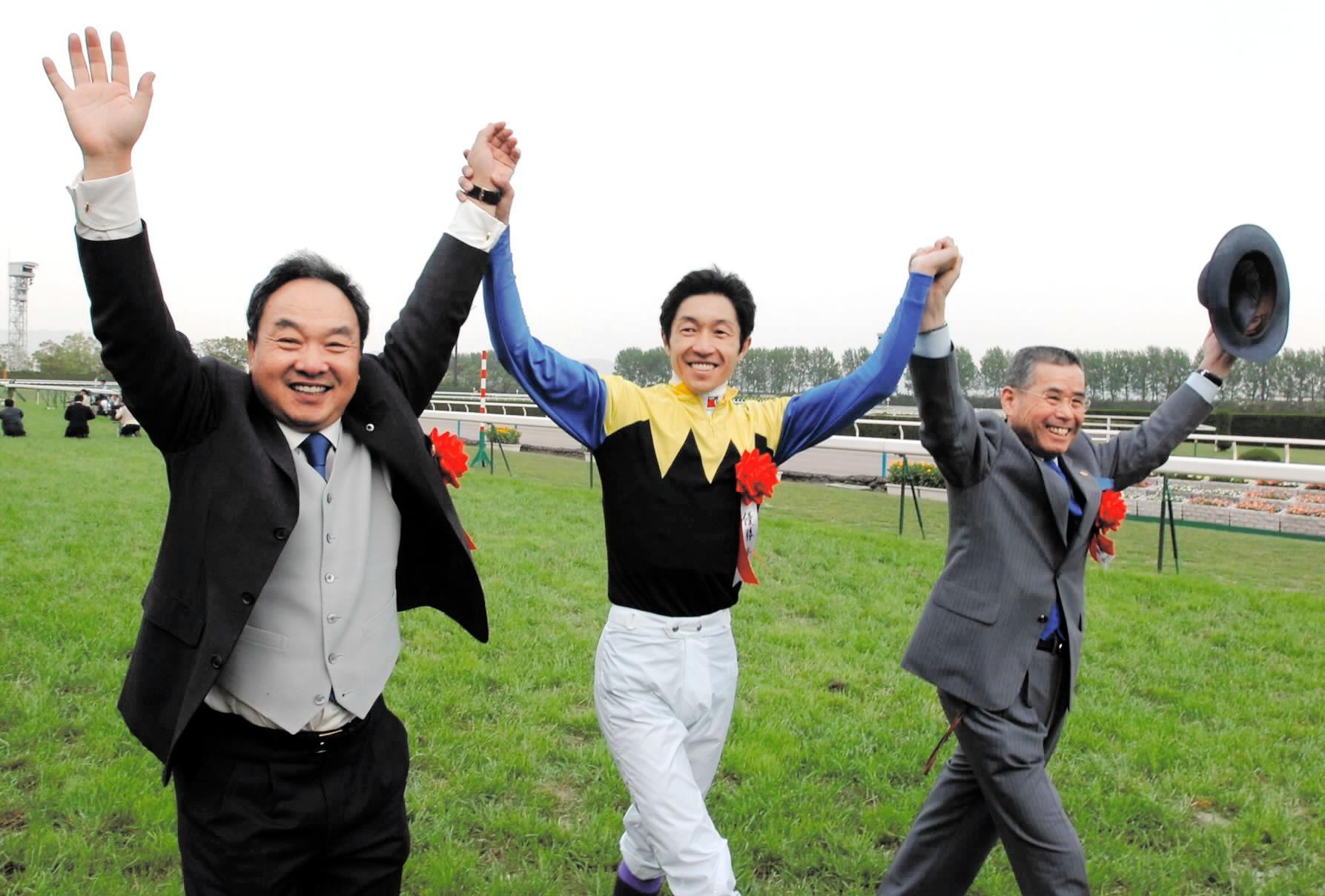 天皇賞・春でファンの声援に応える(左から)金子真人オーナー、武豊、池江泰郎調教師=2006年4月30日