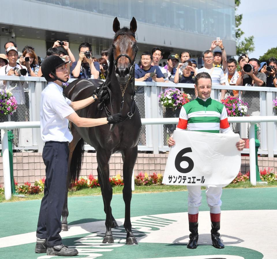 6R2歳新馬戦を制したサンクテュエールとルメール騎手(右)=新潟競馬場(撮影・園田高夫)