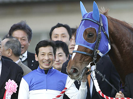 地方騎手によるJRA移籍のパイオニア、名手・安藤勝己騎手が引退へ(2008年ダイワスカーレットでの有馬記念優勝時、撮影:下野雄規)