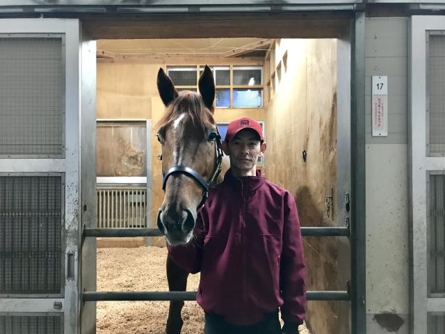 自厩舎の馬房で元気な様子を見せたラッキーライラック(撮影:花岡貴子)